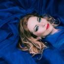 zingt Kate Bush (staand)