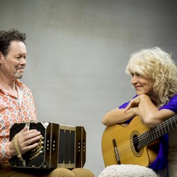 Een bandoneon, een gitaar, een bodhran en een stem